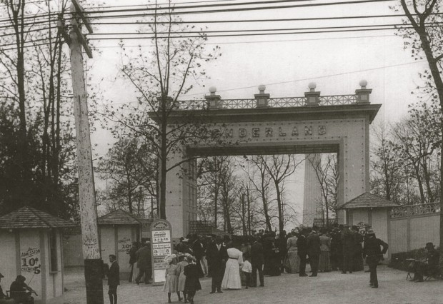 The Oakland Avenue entrance to Wonderland amusement park included, a playground, ticket booths, and an elaborate entrance arch. Courtesy Milwaukee Historical Society